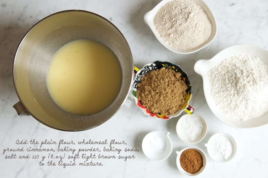 How to make apple cake, add the dry ingredients.