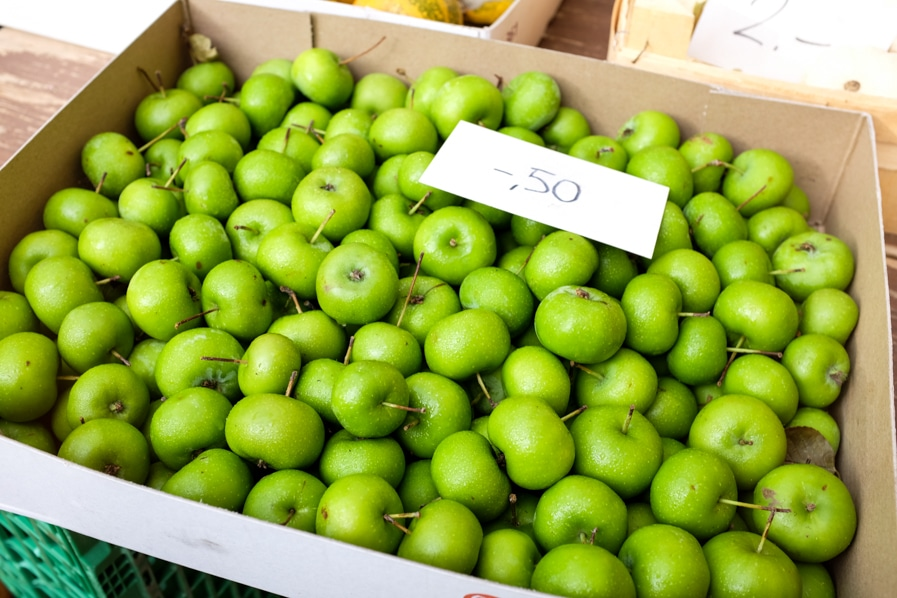 {Decorative apples at the Bürkliplatz farmers' markets in Zurich}
