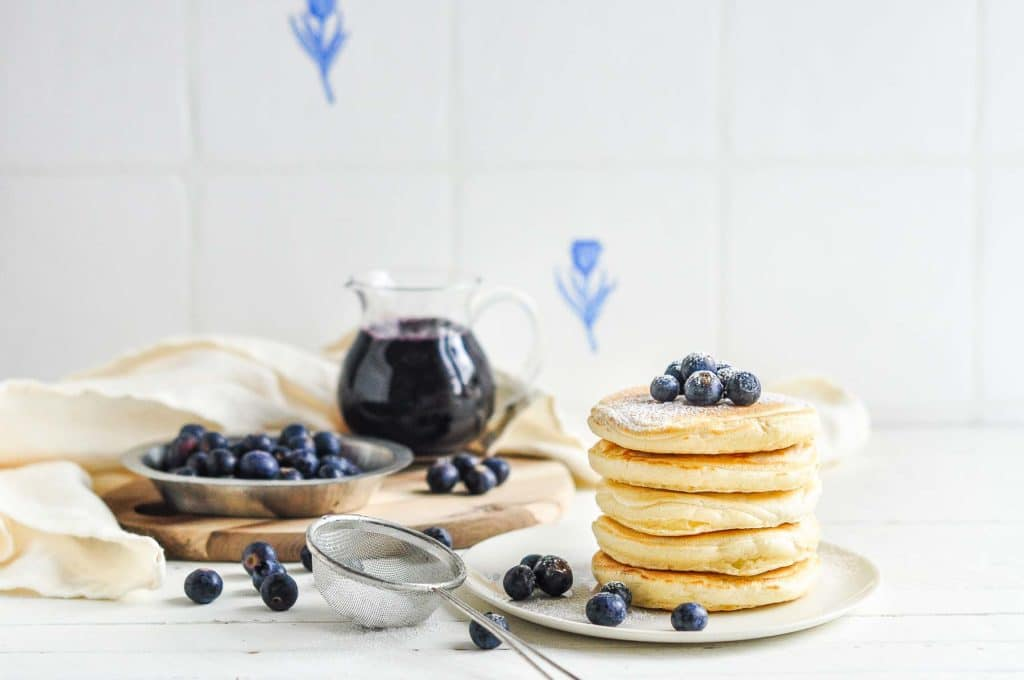 easy fluffy pancakes with powdered sugar