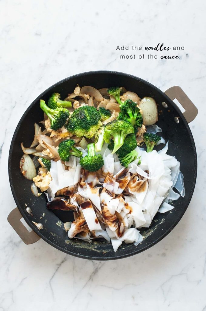 how to make pad see ew, non-stick pan with vegetables, noodles and sauce